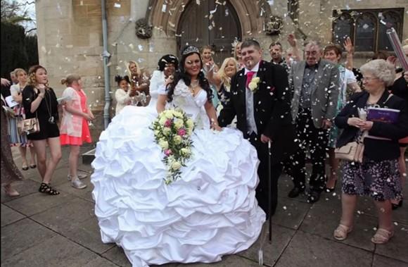Nuntă Mare în Anglia Mireasa A Avut O Rochie De 60 De Kilograme